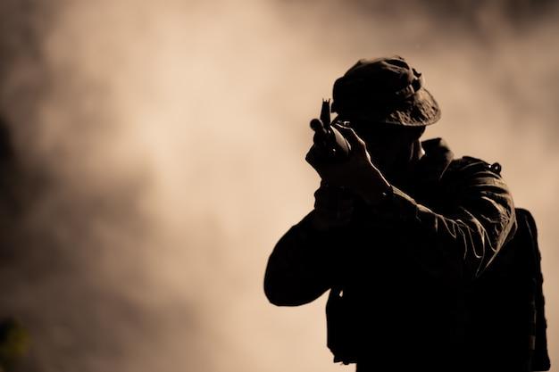 Силуэт действий солдат