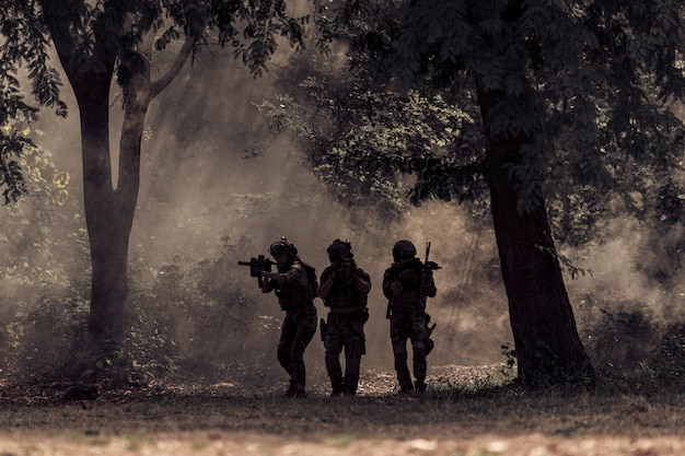 Команда солдат в лесу