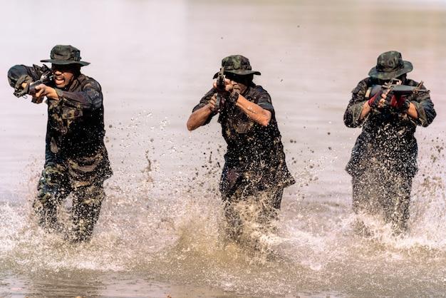 Команда солдат бежит по воде