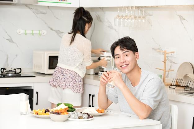 Молодая пара завтракает дома