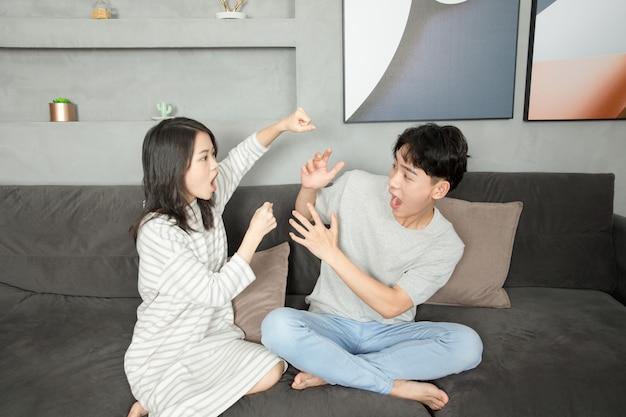 若い中国人夫婦がソファーで休んでいた。