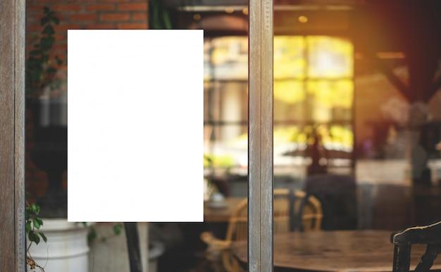 モックアップの看板または白いプロモーションポスターが表示されます。