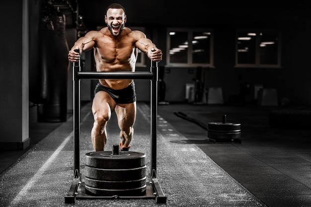 足の筋肉をポンピングボディービルダーフィットネス男