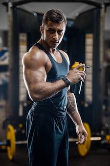 運動後のスポーツ筋肉フィットネス男飲料水