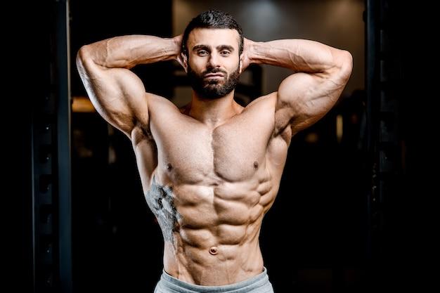 Культурист сильный мужчина накачивание мышц пресса