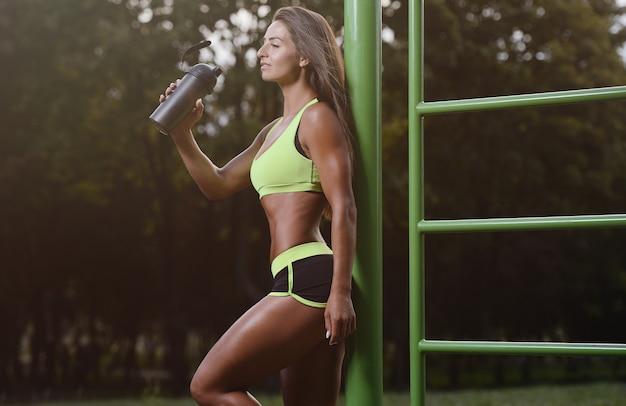 屋外で運動運動の若い女性
