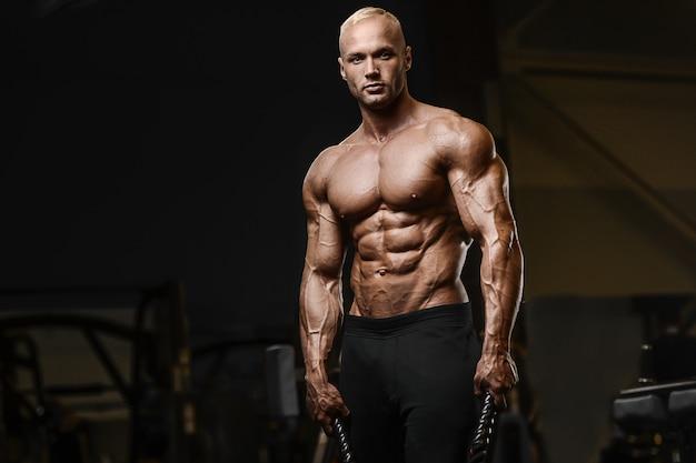 Тренировка спортсменов-фитнесистов с использованием интенсивных тренировок в боевых канатах в спортивном зале с тренировками на выносливость и здоровый бодибилдинг