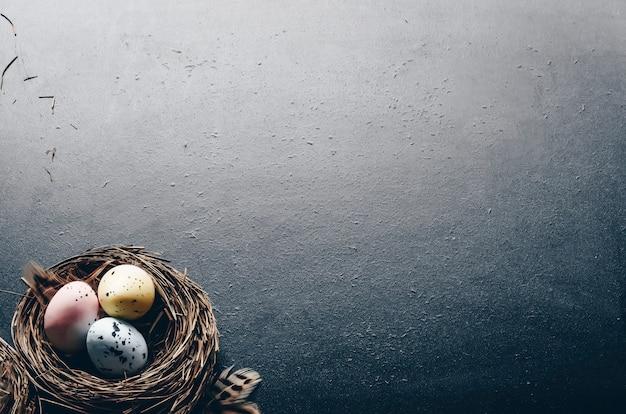黒に塗られたウズラの卵の巣