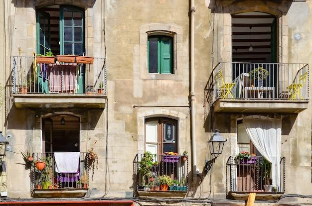 Фасад здания с окнами в готическом квартале, самой старой части барселоны, испании.