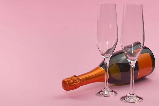 装飾とピンクの背景の聖バレンタインの日。聖バレンタインの日、結婚式、婚約、母の日、誕生日、新年、クリスマス、その他の休日。