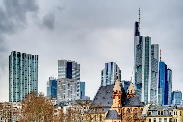 Франкфурт-на-майне, германия вид на бизнес-центр от реки майн.