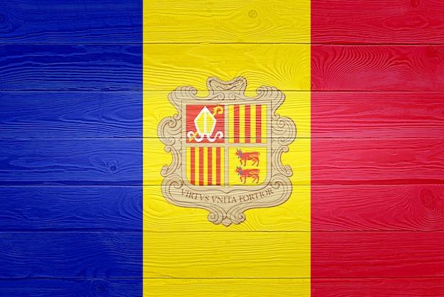 Флаг андорры нарисован на фоне старой деревянной доски
