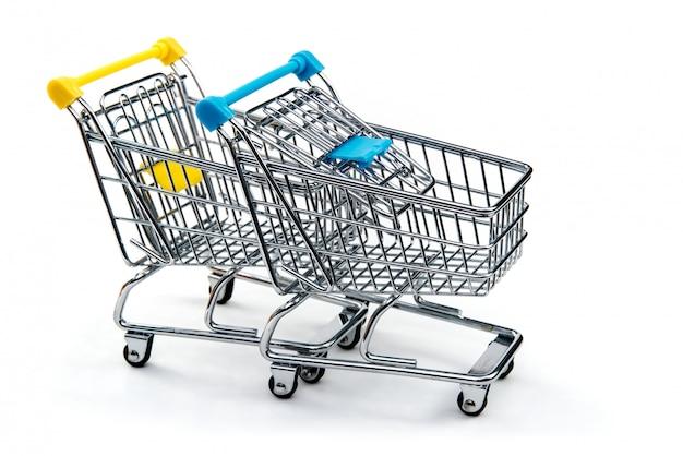 クリッピングパスを含む白で隔離されるショッピングカート。