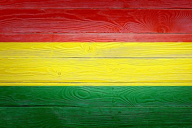 古い木の板の背景に描かれたボリビアの国旗