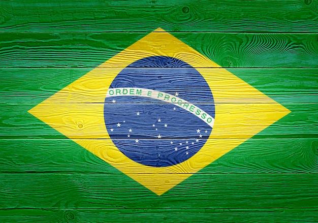 古い木の板の背景に描かれたブラジルの国旗