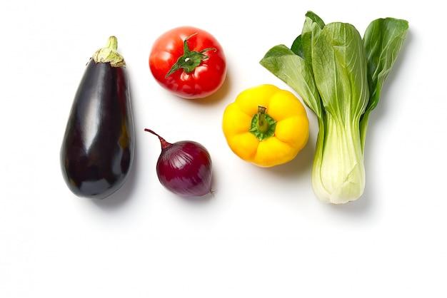 Овощной плоский заложить. сырые овощи, огурец, фиолетовая капуста, шпинат, помидоры, паприка, лук, брокколи, трава, много места для копирования