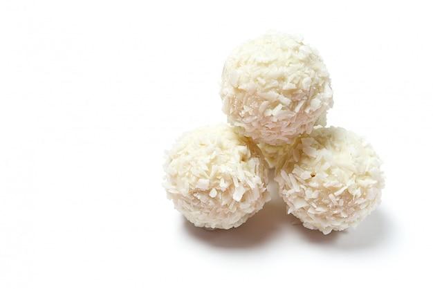 Домашнее кокосовое печенье на белом фоне