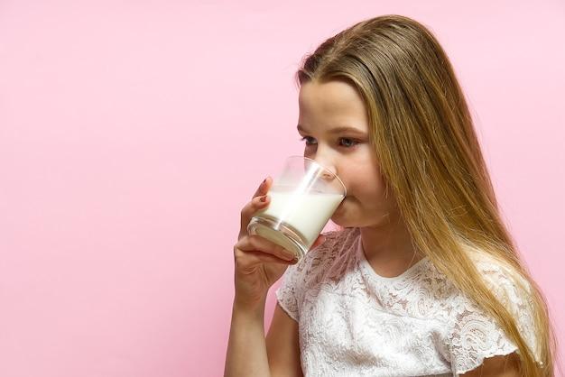 おさげ髪と牛乳を飲むことから口ひげを持つ少女は、ガラスから牛乳を飲みます。