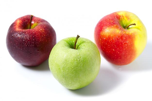 白地に美味しく食欲をそそる美しい新鮮な緑と赤リンゴ