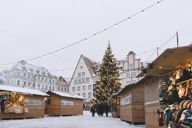 タリンの市庁舎広場の伝統的なクリスマスマーケット