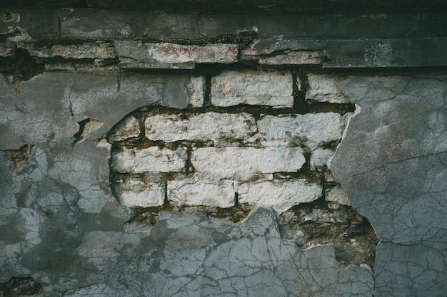 破損したコンクリートと石灰岩の壁
