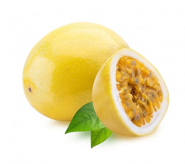 Желтая маракуя (маракуйя), изолированные