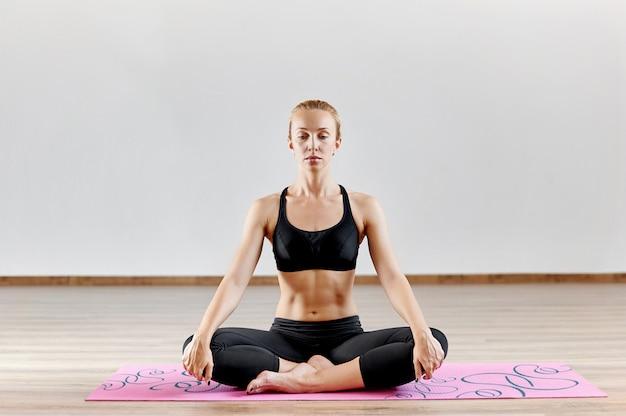 瞑想の女性。屋内スタジオポートレート