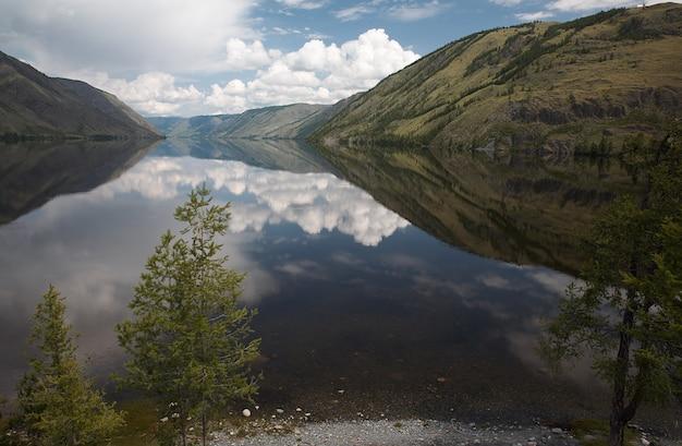 シベリアの山の湖の眺め
