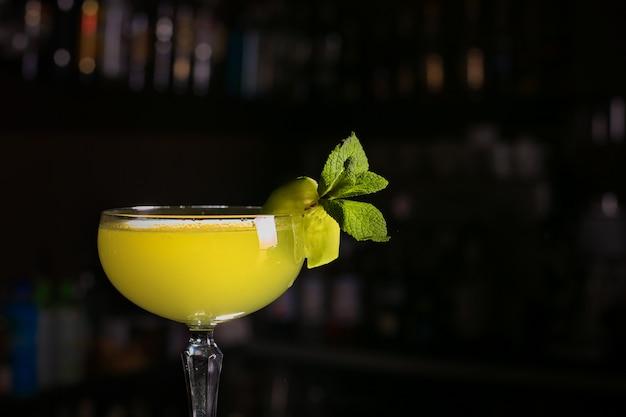 ミントの葉とカクテルを飲む