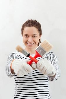 Молодая женщина держит кисти
