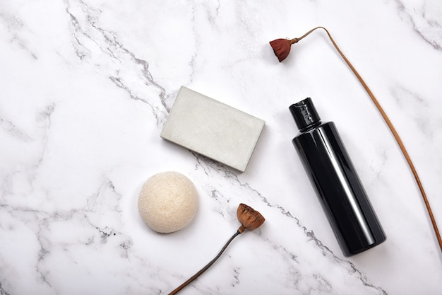 大理石の背景、自然のオーガニック美容製品の化粧品ボトルコンテナー。