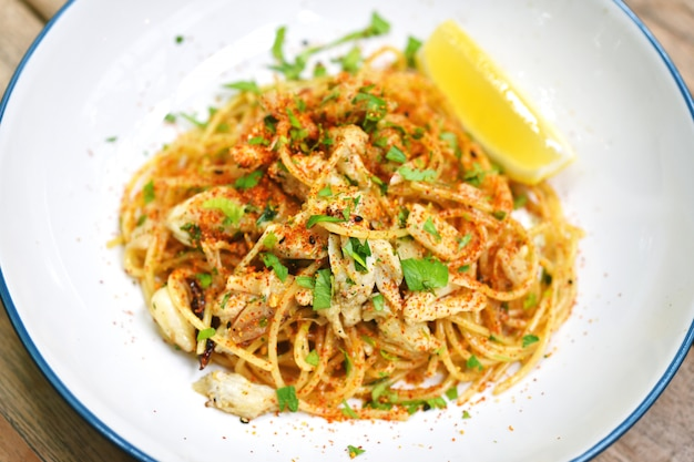スパイシーな蟹のパスタ、唐辛子のシーフードスパゲッティ、レストランで人気のフュージョンイタリア料理。