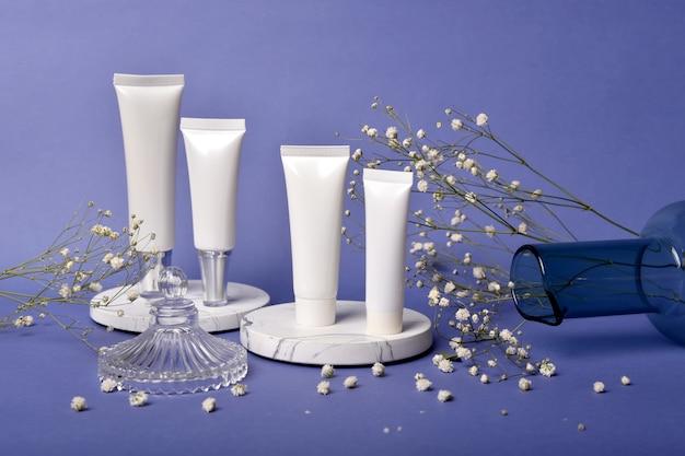 Контейнеры для косметической бутылки упаковывают с презентацией продукта, пустым ярлыком для органического брендинга, натуральной косметической косметики.