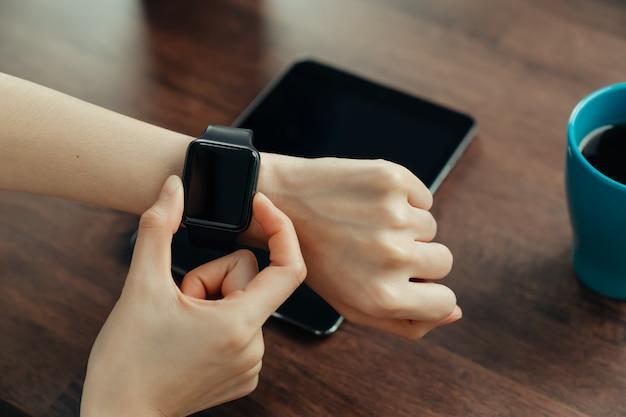 Крупный план женского ношения в приложении смарт-часы.