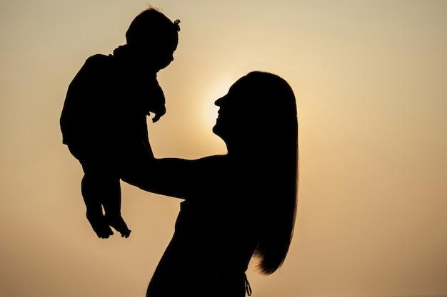 Силуэт матери и ребенка