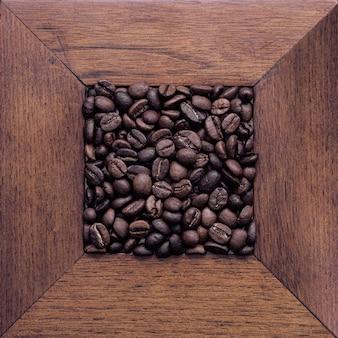 Кофейные зерна на столе. вид сверху