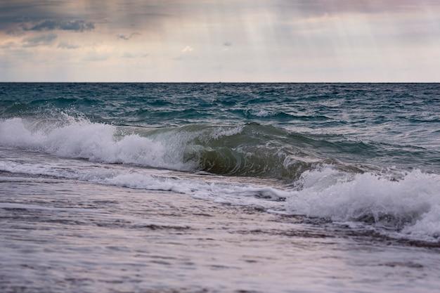 Морской пейзаж во время шторма и восхода солнца.