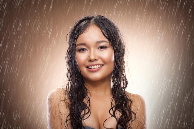 スタジオで雨の中で少女