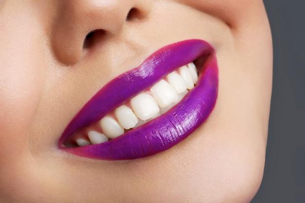 笑顔で若い女の子の非常に美しい唇を耕す