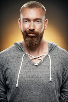 ひげを持つハンサムな残忍な男