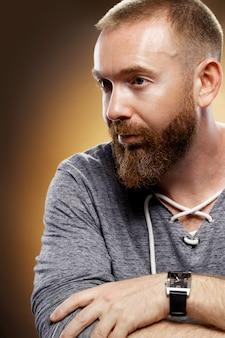 Красивый брутальный мужчина с бородой