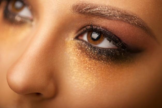 明るい化粧品で美しい少女