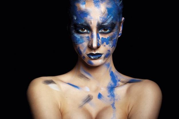 Красивая девушка с хорошей кожей с ярким макияжем