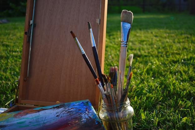 ツールとアーティストのアクセサリー。描画用のブラシ、パレット、スケッチブック。