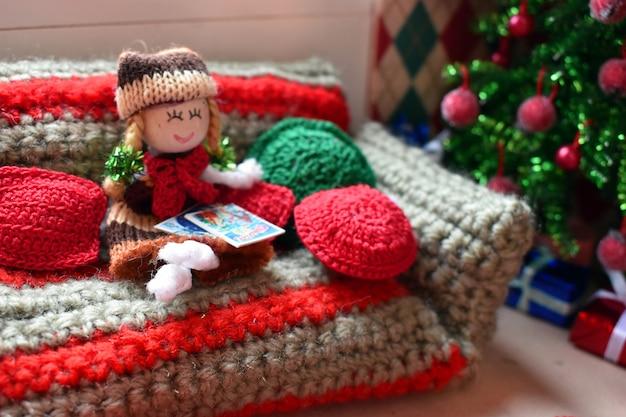 人形、ニット玩具、玩具家具の小さな家。