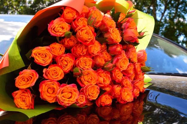 Макро красивый прекрасный букет из смешанных цветов. разнообразие весенних цветущих цветов.