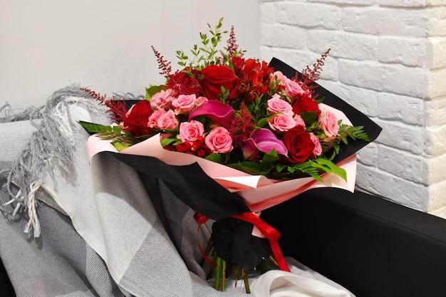 スタイリッシュなパッケージに咲く花束。