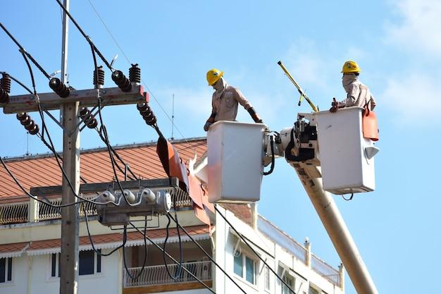 Ремонт линий электропередач от авто. рабочие ремонтируют силовые кабели.