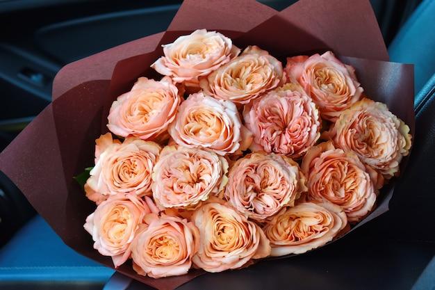車の座席にピンクのバラの花束