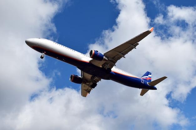 雲の中の青い空に飛行機